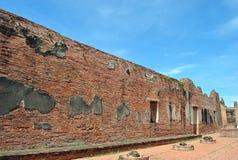 Alte Backsteinmauer auf Hintergrund des blauen Himmels Lizenzfreie Stockfotografie