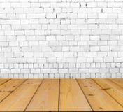 Alte Backsteinmauer auf Holzfußboden Stockfotos