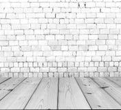 Alte Backsteinmauer auf Holzfußboden Stockbild
