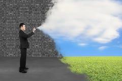Alte Backsteinmauer der Geschäftsmannsprühwolkenhimmelgrasfarben-Abdeckung Lizenzfreies Stockbild