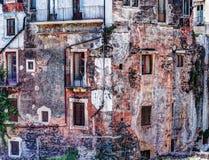 Alte Backsteinmauer der roten Weinlese mit Fenstern und grünem Efeu Lizenzfreies Stockfoto