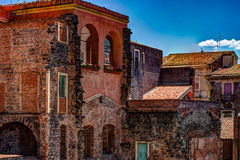 Alte Backsteinmauer der roten Weinlese mit Fenstern und grünem Efeu Stockbilder