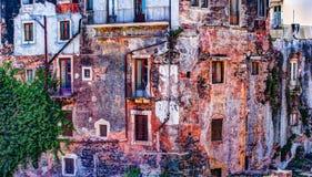 Alte Backsteinmauer der roten Weinlese mit Fenstern und grünem Efeu Lizenzfreies Stockbild
