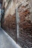 Alte Backsteinmauer der schmalen Straße Lizenzfreies Stockbild