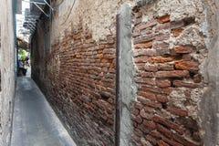 Alte Backsteinmauer der schmalen Straße Stockbilder