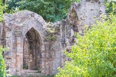 Alte Backsteinmauer des alten ruinierten verlassenen Schlosses Alte Maurerarbeit Lizenzfreie Stockfotografie