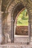 Alte Backsteinmauer des alten ruinierten verlassenen Schlosses Alte Maurerarbeit Stockfotos