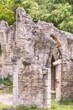 Alte Backsteinmauer des alten ruinierten verlassenen Schlosses Alte Maurerarbeit Stockfotografie