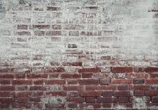 Alte Backsteinmauer des roten und weißen Ziegelsteines, bedeckt mit Gips in s Stockfotos