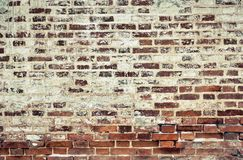 Alte Backsteinmauer des roten und weißen Ziegelsteines, bedeckt mit Gips in s Lizenzfreie Stockfotografie