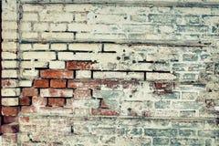 Alte Backsteinmauer des roten und weißen Ziegelsteines, bedeckt mit Gips in s Stockbilder