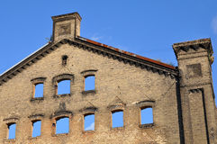 Alte Backsteinmauer des ruinierten Gebäudes Stockfotos