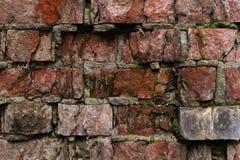 Alte Backsteinmauer des Schmutzhintergrundes, die verwittert wird und auseinander gefallen ist Die Zementzwischenlagen zwischen d Stockfotos