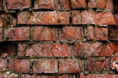 Alte Backsteinmauer des Schmutzhintergrundes, die verwittert wird und auseinander gefallen ist Die Zementzwischenlagen zwischen d Lizenzfreies Stockbild