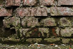 Alte Backsteinmauer des Schmutzhintergrundes, die verwittert wird und auseinander gefallen ist Die Zementzwischenlagen zwischen d Stockfotografie