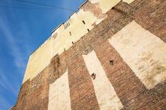 Alte Backsteinmauer des verlassenen Hauses Stockbilder