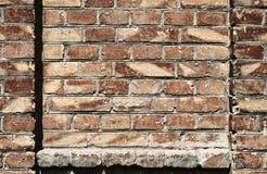 Alte Backsteinmauer für Beschaffenheit oder Hintergrund, dunkelrote Farbe, Bauelemente als Ziegelstein füllten Rahmen Stockfotografie