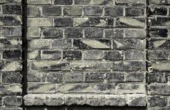 Alte Backsteinmauer für Beschaffenheit oder Hintergrund, dunkle Farbe, Bauelemente als Ziegelstein füllten Rahmen Stockbilder