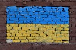 Alte Backsteinmauer gemalt in den Farben der ukrainischen Flagge Lizenzfreie Stockfotografie