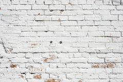 Alte Backsteinmauer gemalt mit weißer Farbe Stockfoto