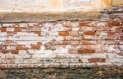 Alte Backsteinmauer, Grundlage und Gips Die Wand des alten Hauses Stockfotografie