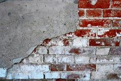 Alte Backsteinmauer halbes coverd mit gebrochenem Gips, copyspace Stockbilder