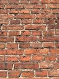 Alte Backsteinmauer hergestellt vom roten Backstein Stockbilder