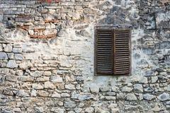 Alte Backsteinmauer mit altem Fenster Stockfotos
