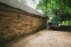 Alte Backsteinmauer mit altem LKW Lizenzfreie Stockbilder