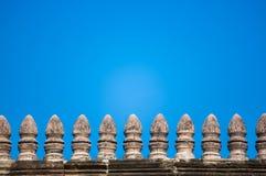Alte Backsteinmauer mit blauem Himmel Stockfotografie