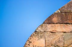 Alte Backsteinmauer mit blauem Himmel Stockfotos