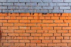 Alte Backsteinmauer mit blauem Streifen und schmutzigen Stellen entziehen Sie Hintergrund Lizenzfreie Stockbilder