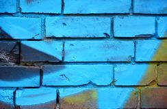 Alte Backsteinmauer mit bunten Graffiti Lizenzfreie Stockfotografie