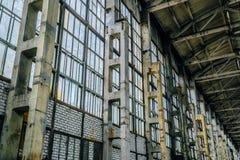 Alte Backsteinmauer mit defektem Glas des Innenraums der verlassenen Fabrik Lizenzfreie Stockfotografie