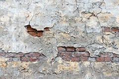 Alte Backsteinmauer mit dem abgezogenen Gips Stockfotografie