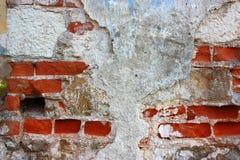 Alte Backsteinmauer mit dem gebrochenen Vergipsen Lizenzfreie Stockfotos