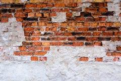 Alte Backsteinmauer mit dem Gips gemacht vom rot-orange Ziegelstein Zerbrochene Oberfläche Ein verlassenes Haus oder eine alte Fa Stockbild