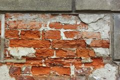 Alte Backsteinmauer mit dem Gips geschält Stockbild
