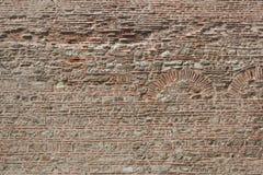 Alte Backsteinmauer mit dem Muster für die archs Lizenzfreies Stockbild