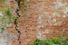 Alte Backsteinmauer Mit dem Risse Hintergrund Stockbild