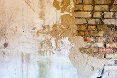 Alte Backsteinmauer mit dem schädigenden Gips Lizenzfreie Stockbilder