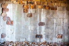 Alte Backsteinmauer mit dem schädigenden Gips Lizenzfreies Stockbild