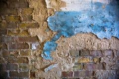 Alte Backsteinmauer mit dem schädigenden Gips Stockfotos