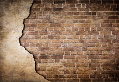 Alte Backsteinmauer mit dem Stuck teilweise beschädigt Lizenzfreie Stockfotografie