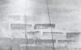 Alte Backsteinmauer mit dem teilweisen zerstörten alten Gips in Montag Stockbilder