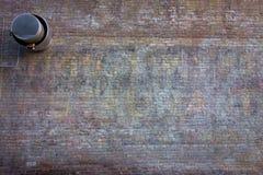 Alte Backsteinmauer mit dem verblaßten Malen Lizenzfreie Stockfotografie