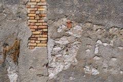 Alte Backsteinmauer mit dem zerstörten Gips Stockbild