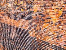 Alte Backsteinmauer mit den roten und schwarzen Ziegelsteinen Stockbilder