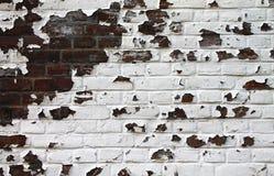 Alte Backsteinmauer mit der Farbe, die weg abzieht Stockfoto