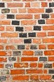 Alte Backsteinmauer mit der Kreuzung von schwarzen diagonalen Linien Stockbilder